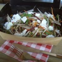 Pousses d'alfafa, lentilles, navets, carottes, betteraves, soja et ricotta