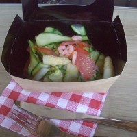 Crevettes roses, pamplemousse, juliennes de courgettes, asperges blanches et tomates