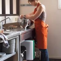Nos voisins de Michel & Augustin préparent une recette dans la cuisine professionnelle