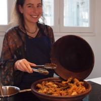 Elisa sert le plat du jour
